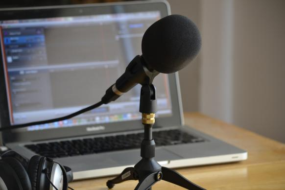 podcast-microphone-computer-nicolas-solop-flickr-582x388